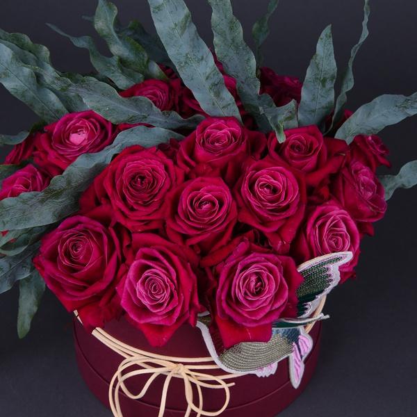 Композиція з 25 малинових троянд
