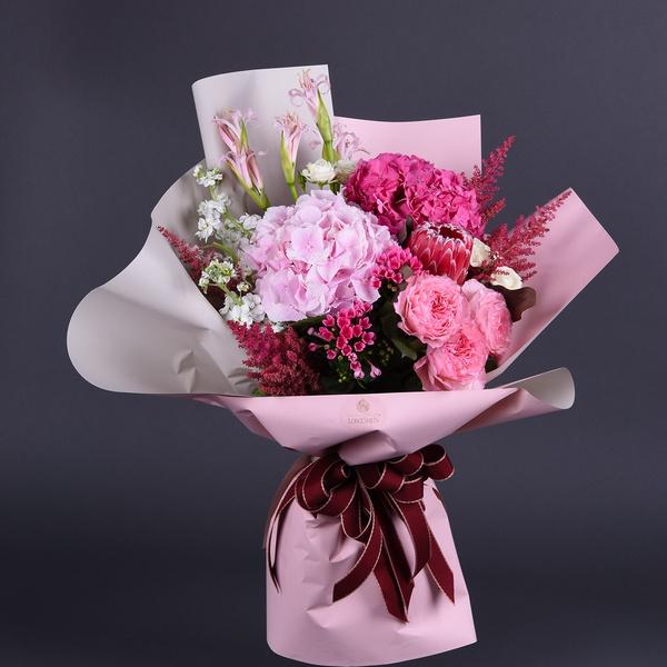 Букет с розовой гортензией и астильбой