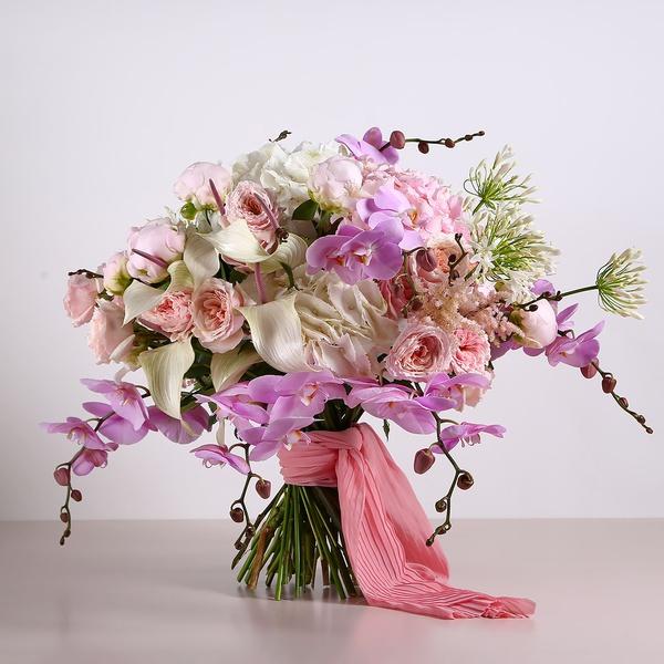 Букет з садовими трояндами та півоніями