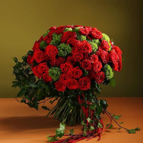 Букет из 101 красной розы и зелени