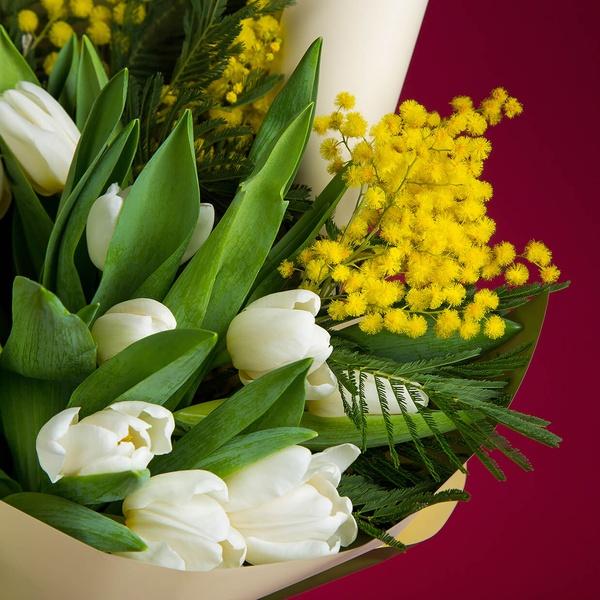 букеты мимоза с тюльпанами фото